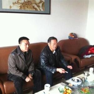公司董事长王文君与毛泽东侄子毛岸平先生亲切交谈